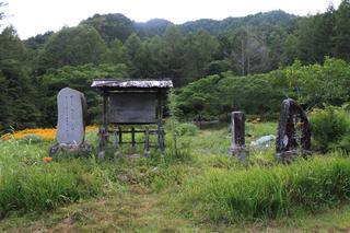 大平憲章板と斉藤茂吉歌碑.jpg
